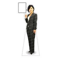等身大パネル 女性パンツスーツ) モデル金沢真夢 ポーズ:左指差し (62378)