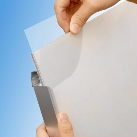 ■壁面に固定した状態でも工具不要でポスター交換が可能です。