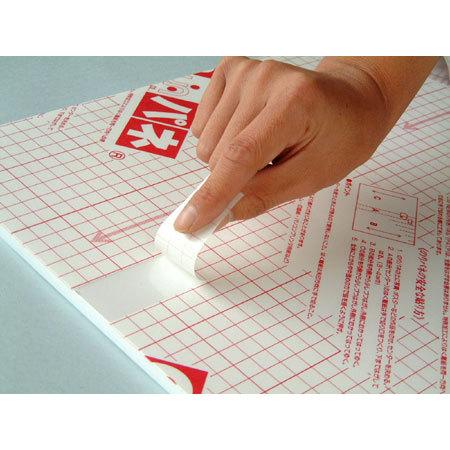 ■のりパネは剥離紙が同じ幅で同一方向に手で切り分けられるようになっているので、位置合わせ後、中央から両方向にさいて貼ると失敗がありません。
