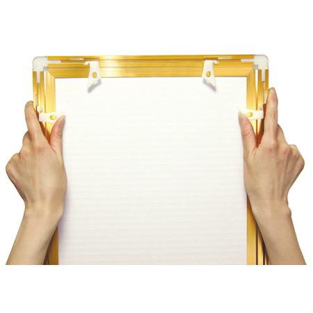 ■フレーム開き・吊具(裏面) 裏面のジョイントパーツボタンを押すだけで、ポスターのセットが簡単にできます。
