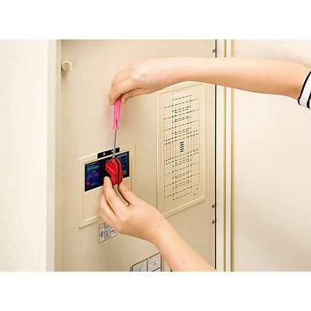 取付方法(2):ドライバーでネジを回して確実に固定します。