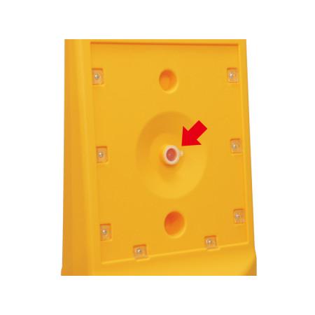 ■注水口は表示板を外した本体中央に設置されています。ホースを用いて注水します。※写真はテトラスタンド80
